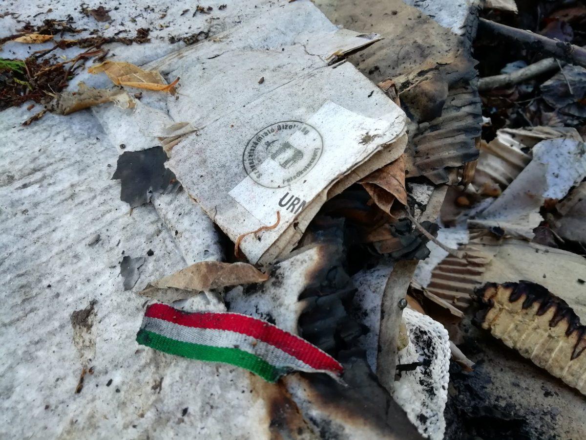 Temetőt töltenek félig égett választási,önkormányzati hulladékkal